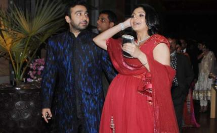 Shilpa Shetty flaunts her baby bump in a traditional anarkali. A safe bet!